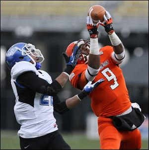 Bowling Green wide receiver Shaun Joplin pulls in a touchdown catch against Buffalo defender Najja Johnson.