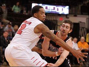 Juwan Howard guards BGSU's James Erger.