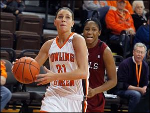 BGSU's Chrissy Steffen drives to the basket ahead of Temple's Erica Covile.