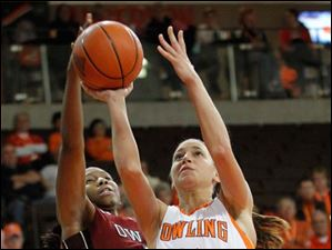 Temple's Erica Covile blocks the shot of BGSU's Chrissy Steffen.