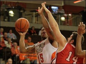 BGSU's A'uston Calhoun attempts to shoot around YSU's Josh Chojnacki in the second half.