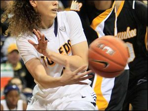 UT's Naama Shafir dishes off a shovel pass.