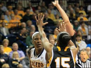 UT's Yolanda Richardson looks for an open teammate.
