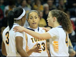 UT's Lucretia Smith, left, Inma Zanoguera, and Naama Shafir huddle up.