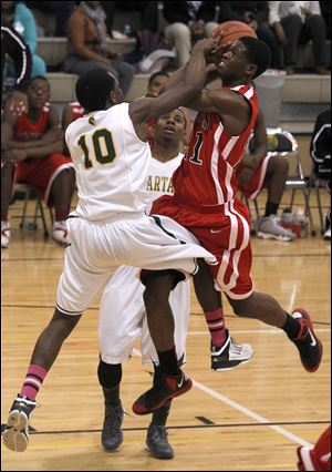 Start's Dexter Johnson tries to block shot of Rogers' Omari Hicks during second half.
