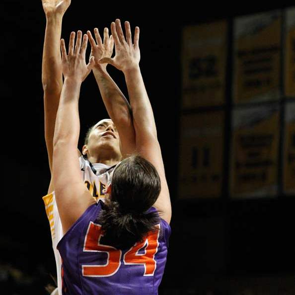 University-of-Toledo-guard-Inma-Zanoguera-23-takes-a-shot-against-Evansville
