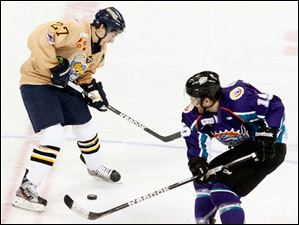 Toledo Walleye Terry Broadhurst and Orlando Solar Bears' Dan Gendur go for the puck.