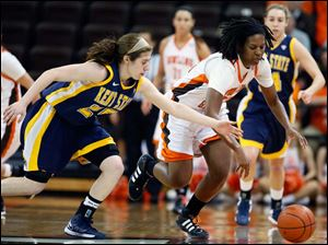 Bowling Green forward Alexis Rogers (32) steals the ball from Kent State guard Rachel Mendelsohn (25).