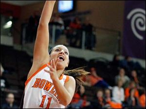 Bowling Green guard Jillian Halfhill (11) takes a shot against Kent State guard Rachel Mendelsohn (25).