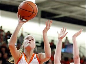 Bowling Green's Miriam Justinger (30) takes a shot against against Kent State guard Jamie Hutcheson (23).