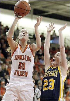 Bowling Green's  Miriam Justinger, a Northview grad, takes a shot against against Kent State guard Jamie Hutcheson.