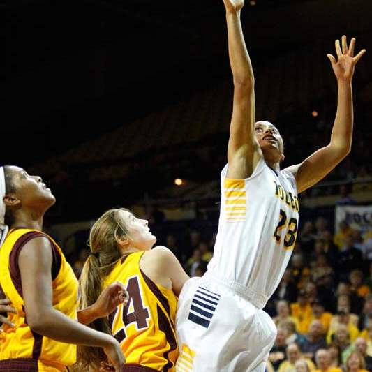 University-of-Toledo-s-forward-Inma-Zanoguera-23-lays-up-two