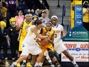 Inma Zanoguera tries to grab the ball from Central Michigan University.