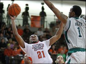 Bowling Green State University player Chauncey Orr, 21, shoots against Eastern Michigan University player DaShonte Riley, 1, during the first half at Bowling Green State University.