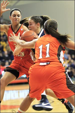 UT's Naama Shafir drives between BGSU defenders Chrissy Steffen, left, and Jillian Halfhill in the first half. Shafir scored a game-high 23 points as Toledo won 48-38.