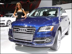 A model poses with the Audi SQ5.