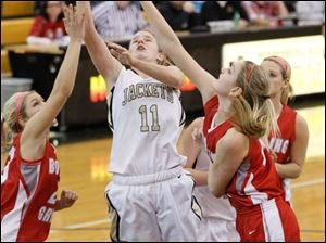 Perrysburg's Mollie Whitacre (11) shoots between Bowling Green defenders Reagan Morman, left, and Livvy Dill, right.