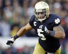 Notre-Dame-linebacker-Manti-Te-o-chases-the-action