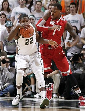 Michigan State's Branden Dawson, left, and Ohio State's Deshaun Thomas  battle for ball. Thomas finished with 28 points.
