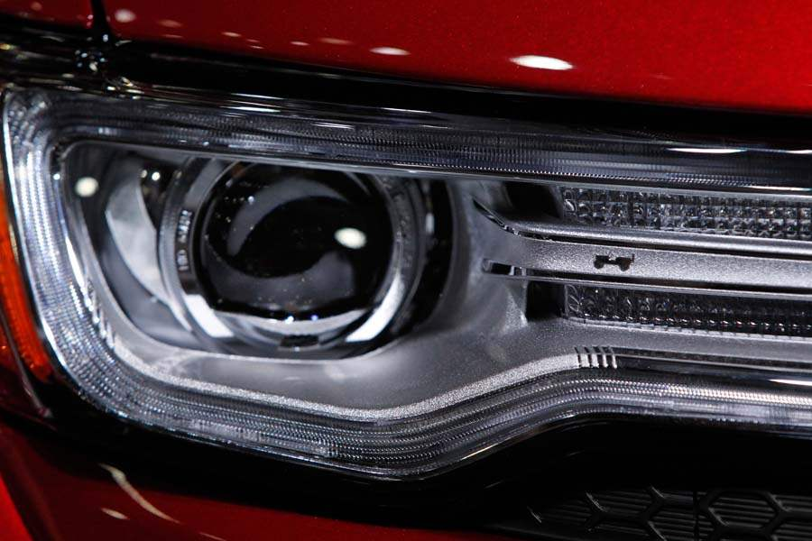 BIZ-AutoShow20p-grand-cherokee-headlight