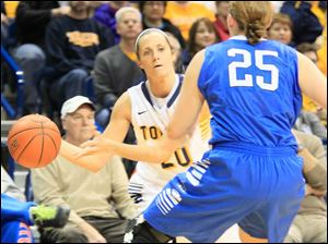 UT's Stephanie Recker passes around Bufflao's Kristen Sharkey, in the first period.