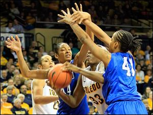 Toledo's Yolanda Richardson, is defended by Buffalo's Christa Baccas (44) and Cherridy Thornton (41), late in the first half.