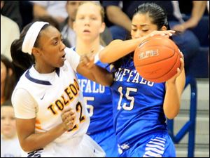 UT's Andola Dortch defends Buffalo's Margeaux Gupilan in the first half.