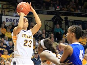 Toledo's Inma Zanoguera shoots in the first period as teammate Yolanda Richardson screens Buffalo's Cherridy Thornton.