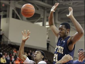 Bowling Green State University forward Richaun Holmes lets a shot go in traffic over Kent State guard Darren Goodson (42).