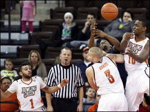 Bowling Green State University's Luke Kraus (3) and Craig Sealey (10) defend against Kent State guard Kris Brewer.