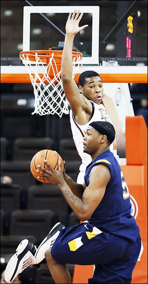 Bowling Green State University forward Richaun Holmes defends against Kent State forward Chris Evans.