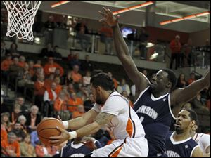 BGSU's Jordon Crawford is outsized by Akron's Demetrius Treadwell.