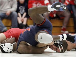 Ohio State University wrestler Logan Stieber pins University of Illinois wrestler Daryl Thomas.