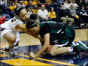 UT's Inma Zanoguera (23) fights for the ball with Ohio University player Lexie Baldwin (10).