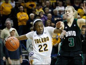 Toledo's Andola Dortch (22) drives inside against Ohio University player Erin Bailes (3) during the first half.