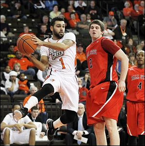 Bowling Green's Jordon Crawford passes in front of Ball State's Matt Kamieniecki during second half. The senior scored 19 points with eight assists after not starting his first BGSU game in 46 contests.