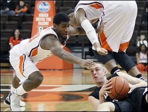 Bowling Green State University guard Jehvon Clarke (20) and Richaun Holmes (22) battle Western Michigan guard Jared Klein (4) for a loose ball.
