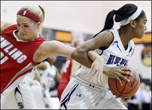 Bowling Green's Hanna Williford, left, defends Springfield's Jewell Rollins in a Division I sectional Tuesday. Springfield avenged two previous losses to the Bobcats with a win.