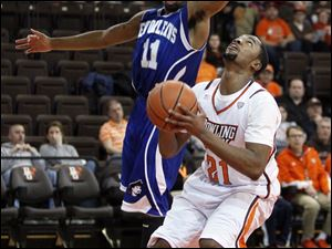 Bowling Green State University player Chauncey Orr, 21, looks to shoot against University of New Orleans player Isaac Mack, 11.