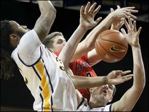 Toledo's Nathan Boothe (53) attempts to get his hands on the ball while scrambling for a rebound.