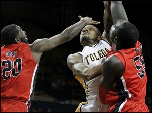 Toledo's guard Rian Pearson (5) hooks the ball in from the paint.