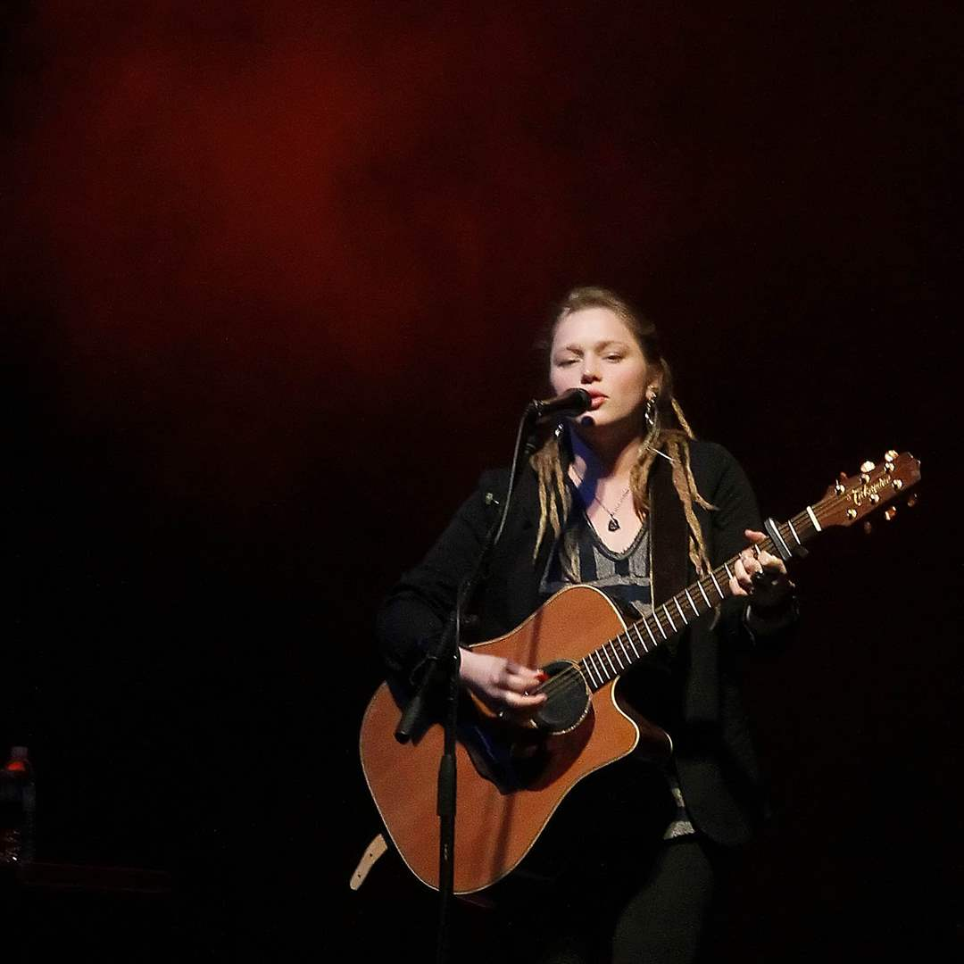Crystal-Bowersox-plays-3-3
