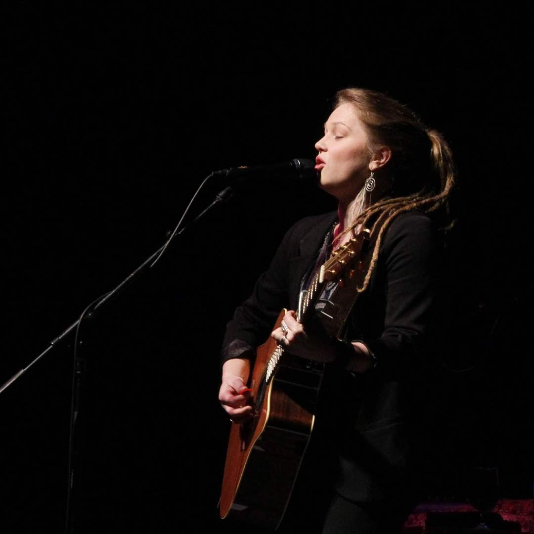 Crystal-Bowersox-performs