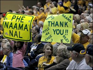 Fans express their appreciation for Naama Shafir and seniors.