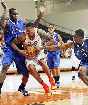 Bowling Green's A'uston Calhoun crashes into Buffalo's Javon McCrea as Jarod Oldham reaches for the ball, during the second half of Friday's game. Calhoun finished with 15 points in the win.