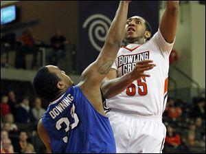 Bowling Green's Cameron Black shoots over Buffalo's  Cameron Downing, 33.