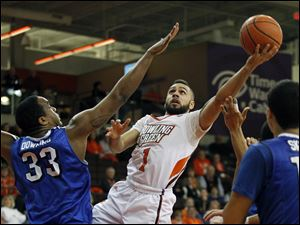 Bowling Green's Jordan Crawford shoots over Buffalo's  Cameron Downing, 33.