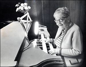 Dyer's Chop House had many traditions, including an organist.  Leona Kubitz is shown at the keys in 1982.