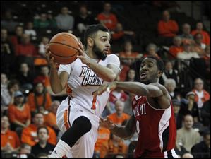 BGSU's Jordon Crawford passes past Miami's Geovonie McKnight.