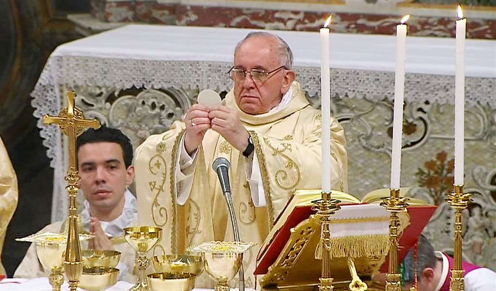 Pope-Francis-raises-the-host